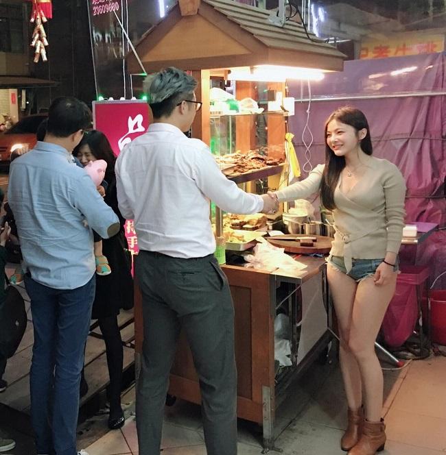 """Hot girl Đài Loan và """"em gái Can Lộ Lộ"""" bị tấn công vì trang phục thiếu vải"""