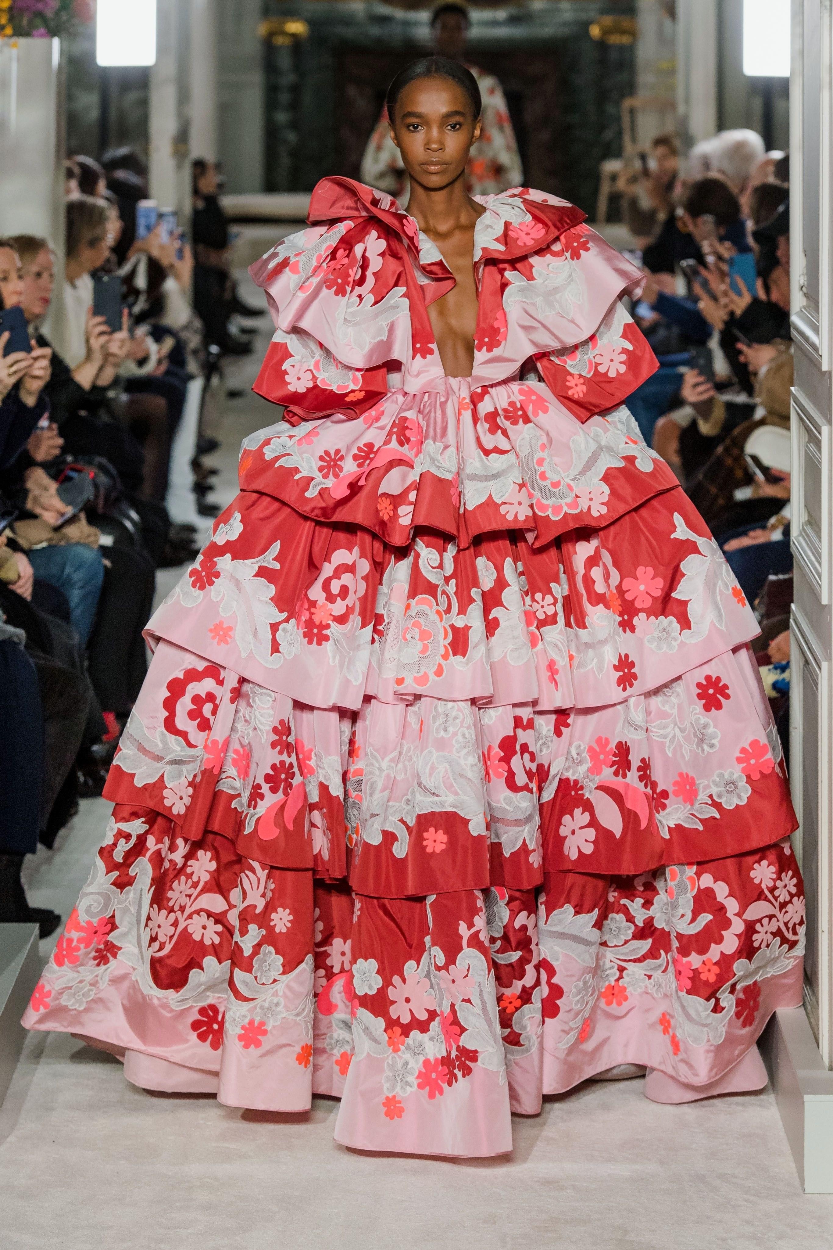 Show diễn Valentino: người mẫu diện cả cây lau nhà lên người và câu chuyện đằng sau!