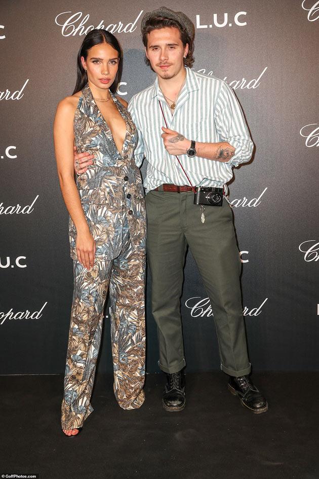 Người mẫu trẻ mặc khoét sâu, quấn như sam với quý tử của Beckham