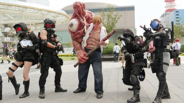 Hết hồn với cosplay trùm Resident Evil giống thật đến đáng sợ