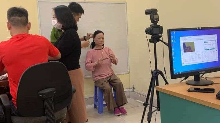 Chiến sĩ công an bế người già tàn tật vào làm CCCD 'đốn tim' cộng đồng mạng