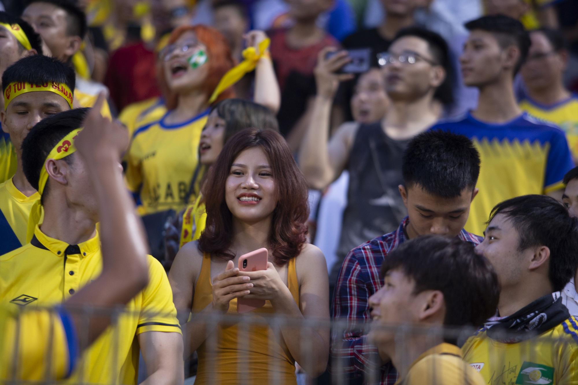 """Dàn hot girl xứ Nghệ """"đại náo"""" sân Hàng Đẫy"""