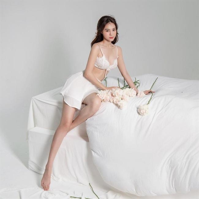 """""""Ngọc nữ trăm tỷ"""", hot girl 10X diện váy ngủ mỏng tang lộ """"bí mật"""" ít ai ngờ"""