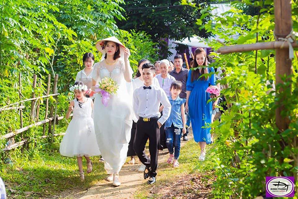 Tấm tắc về đám cưới của cô dâu 1,94m và chú rể 1,4m, cộng đồng mạng rầm rộ chúc phúc