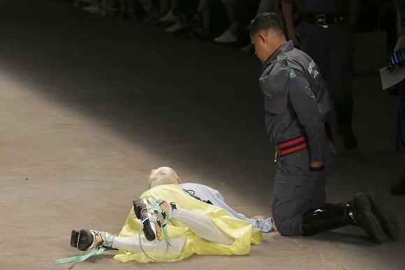 Nam người mẫu 26 tuổi đột tử sau cú ngã trên sàn diễn thời trang