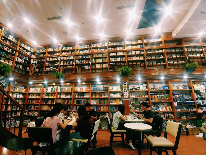 """Top 10 Quán cafe sách đẹp nhất dành cho """"mọt sách"""" ở Hà Nội"""