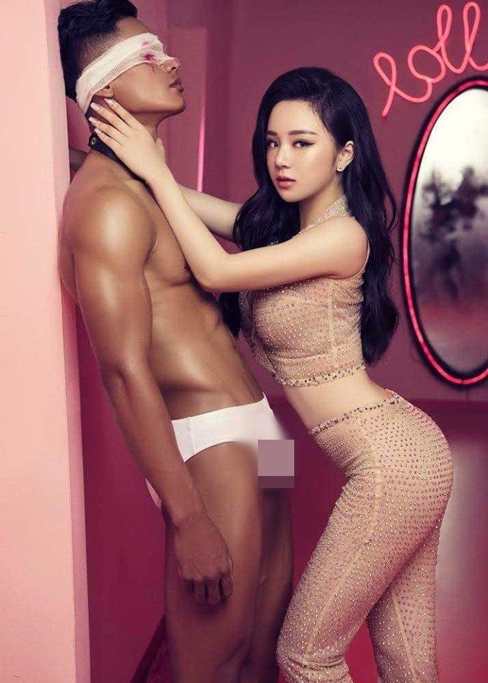 """Tung MV mặc áo dài nhưng """"quên"""" mặc quần, """"hot girl ngủ gật"""" bị xóa kênh YouTube"""
