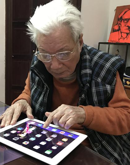 92 tuổi, bố đẻ đạo diễn Trần Lực vẫn vào facebook nhanh nhoay nhoáy