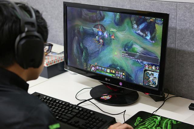 Vì sao nhiều người lại thích xem người khác chơi game?