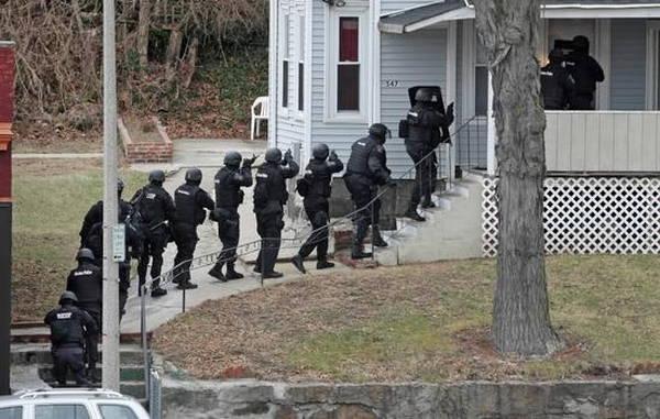 """Đang stream game bị cảnh sát đến khám nhà, anh chàng game thủ có phản ứng """"tỉnh nhất vũ trụ"""""""