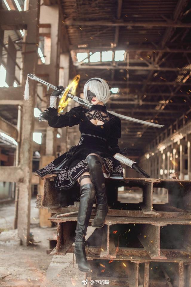 """Lại nóng mắt với cosplay cô nàng 2B """"hở bạo"""" trong Nier: Automata"""