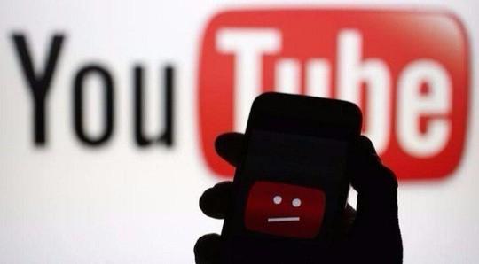 Chê kênh Youtube của chồng chán, vợ bị ăn liên hoàn đấm đá thẳng mặt