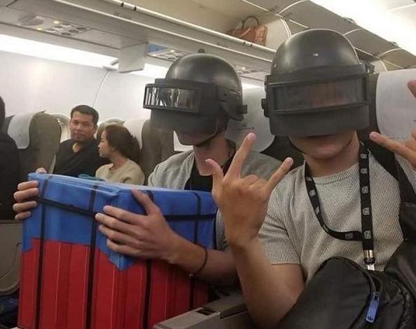 2 thanh niên cuồng PUBG đội mũ 3 ôm hòm thính lên máy bay, còn hỏi cộng đồng 'Nhảy đâu đây mấy bác?'