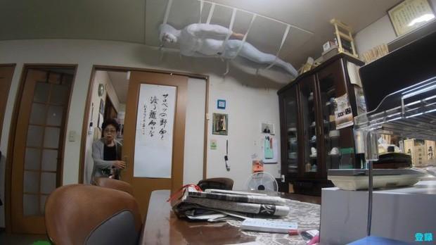 Bày trò với ông nội giả ma dọa bà nội, chàng YouTuber Nhật Bản nhận về cái kết cười đau cả bụng nhưng cũng gian nan phết