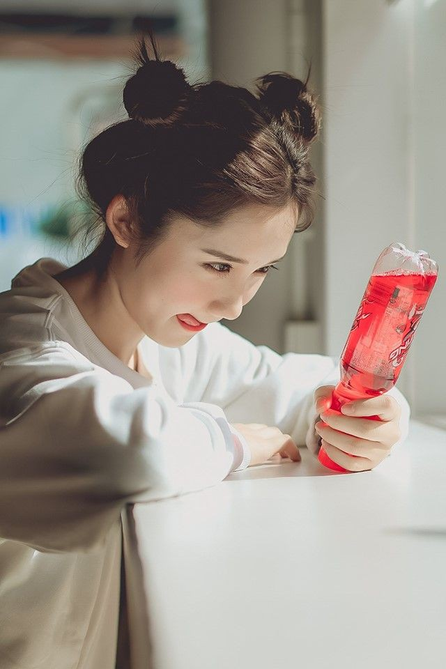 Mục sở thị bộ ảnh siêu nhí nhảnh của cô giáo Mina Young với chai sting đỏ huyền thoại