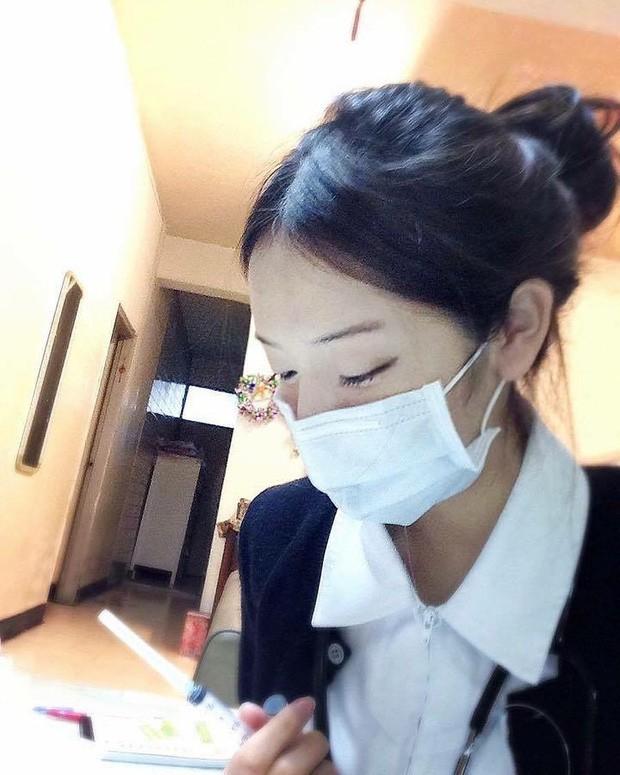 """Nữ y tá gây sốt MXH dù đeo khẩu trang kín mít nhưng hình ảnh nóng bỏng ngoài đời mới thực sự được """"thả tim"""" điên đảo"""