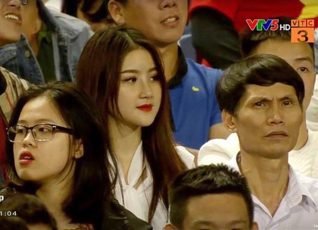 Nhan sắc hai gái xinh cổ vũ đội tuyển Việt Nam: Càng ngày càng gợi cảm và nóng bỏng hết phần người khác