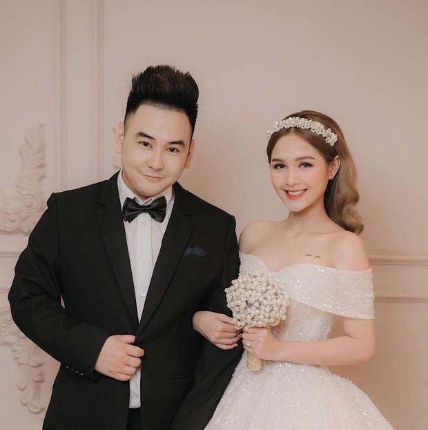 """""""Streamer giàu nhất Việt Nam"""" Xemesis mới tung ảnh cưới: Cô dâu kém 13 tuổi đẹp xuất sắc, chú rể xuất hiện đúng một lần"""