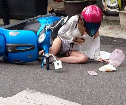 Gặp tai nạn xe, cô nàng bỗng chốc nổi như hot girl sau một đêm chỉ vì quá xinh đẹp và gợi cảm