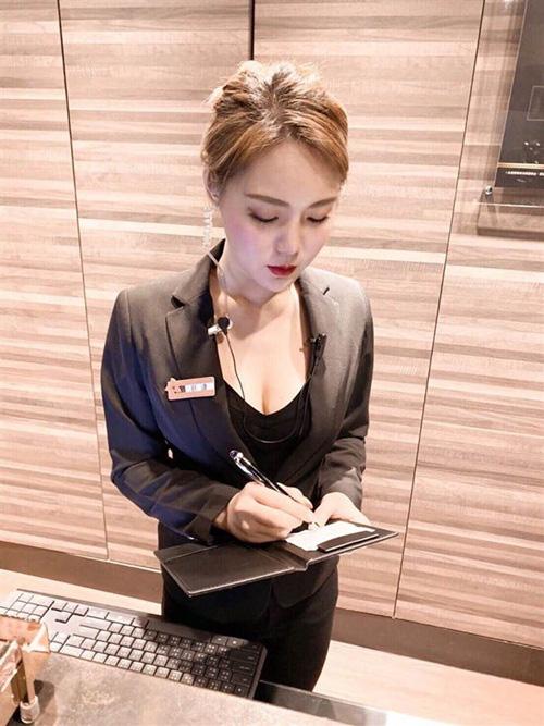 Chỉ với một bức ảnh bị chụp trộm, nữ nhân viên bán hàng bỗng chốc trở thành hot girl nổi tiếng, được so sánh xinh như Yua Mikami