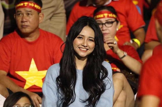 Nổi bật trên TV, fan nữ trên khán đài cổ vũ U22 Việt Nam nhanh chóng bị cộng đồng mạng tìm ra danh tính, hóa ra là hot girl gợi cảm có tiếng