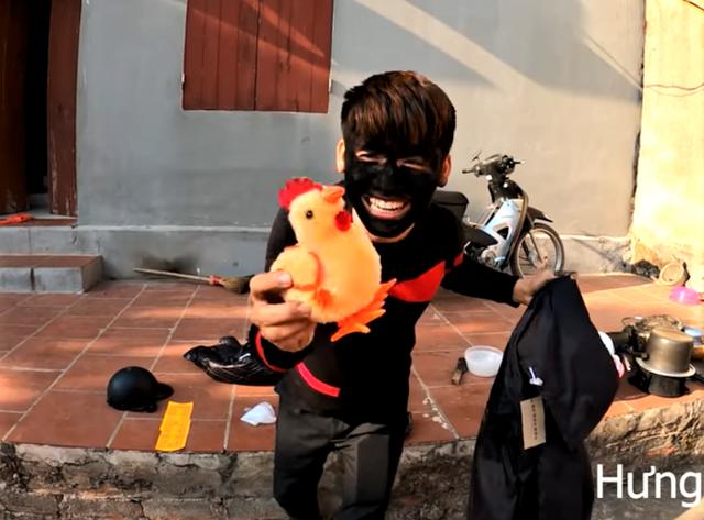 """Bà Tân Vlog bị """"ăn xin mặt đen"""" tới nhà xin tiền, cái kết khiến cộng đồng mạng phẫn nộ"""