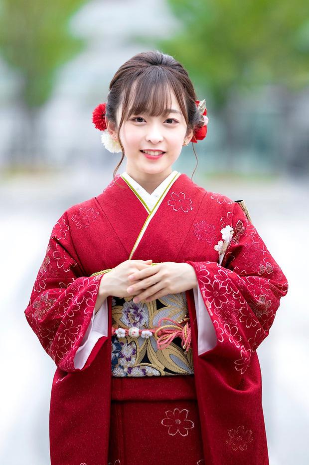 Cao 1m46, cô nàng hot girl vẫn giật giải Hoa Khôi với nhan sắc như búp bê ngoài đời thật
