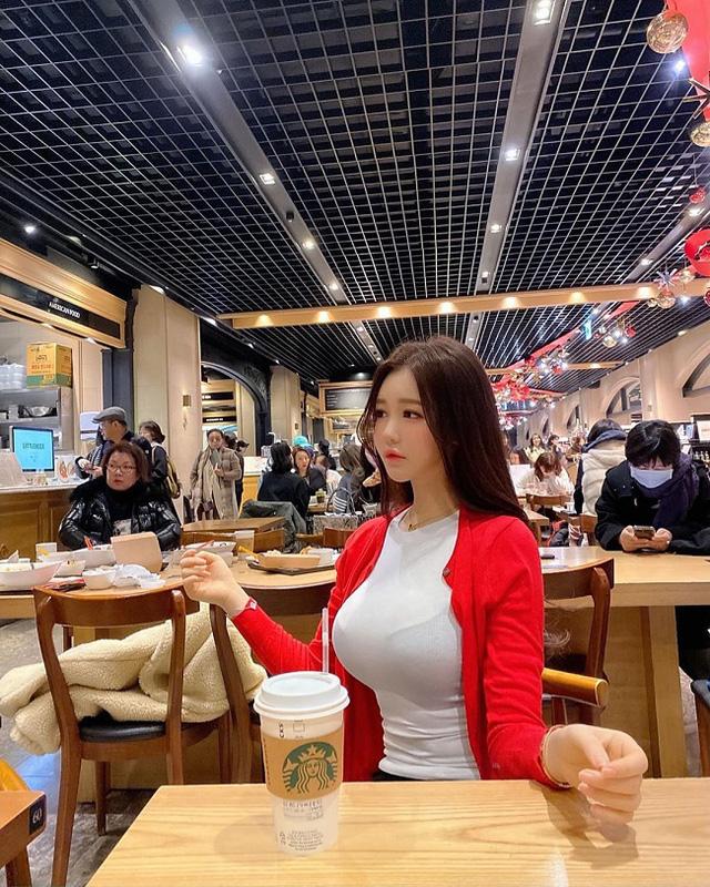 Chỉ ngồi uống cafe, cô gái cũng khiến cộng đồng mạng ngơ ngẩn vì quá xinh đẹp, đặc biệt là vòng 1 nóng bỏng