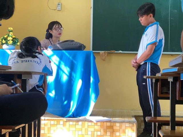 """Bị học trò chụp lén khi đang kiểm tra bài cũ, cô giáo dạy Văn khiến dân mạng """"đổ đứ đừ"""" vì nhan sắc siêu cấp dễ thương"""