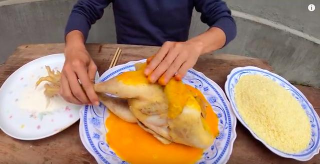 Dùng tay trần nhào nặn, trộn đồ ăn, con trai bà Tân Vlog thêm một lần nữa khiến dân tình dậy sóng vì mất vệ sinh