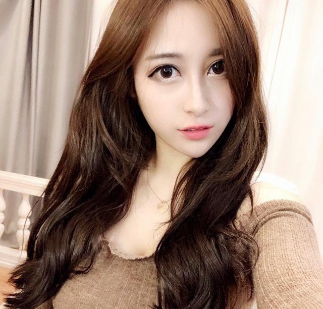 Xinh đẹp và gợi cảm, cô nàng streamer được fan tặng hơn 300 triệu chỉ cầu xin một lần được gặp mặt