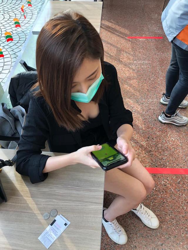 Bị chụp lén khoảnh khắc ngồi chơi game, cô gái bỗng chốc nổi như cồn, cư dân mạng lùng sục tìm info để rồi thất vọng