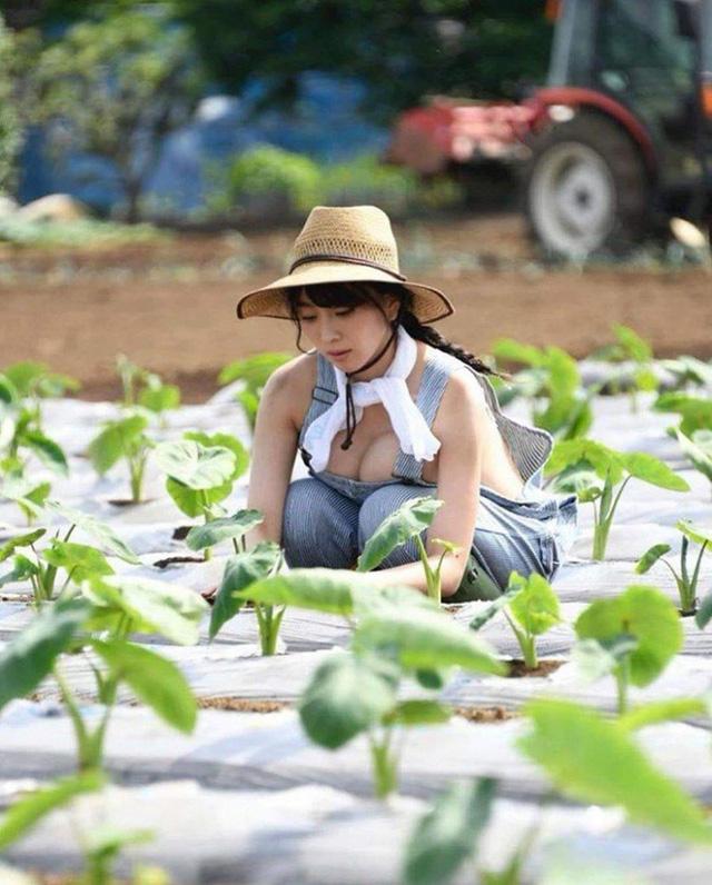 Thời nào còn là hot girl trồng rau nuôi lợn, cô gái năm xưa giờ lột xác ấn tượng, trở thành người mẫu chuyên chụp ảnh gợi cảm
