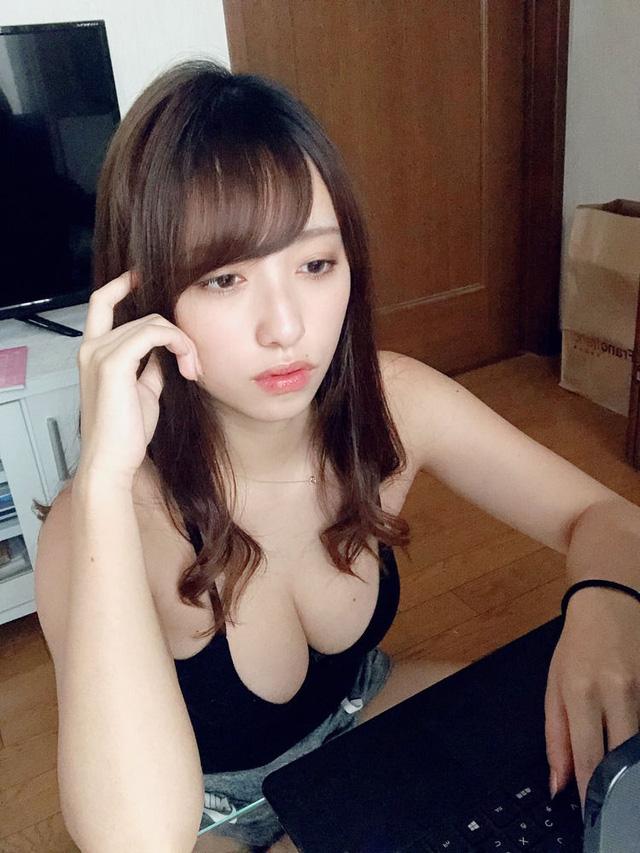 """Ngồi học online, cô gái xinh đẹp gây chú ý nhờ thời trang mát mẻ ở nhà, phô bày """"cảnh xuân"""" gây tranh cãi"""