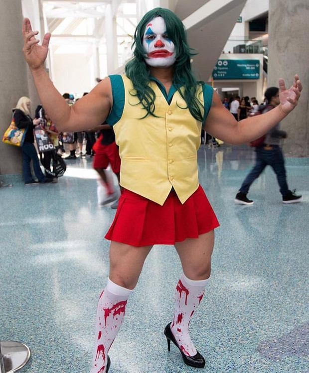 """Anh trai """"vai u thịt bắp"""" cuồn cuộn nhưng chỉ thích cosplay các vai… nữ tính"""