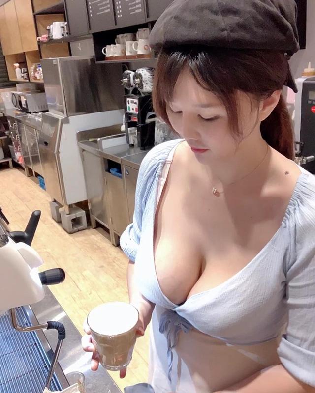 Cộng đồng mạng bất ngờ với cô chủ quán cafe xinh như hot girl, tưởng là chụp ảnh làm màu hóa ra công việc thật