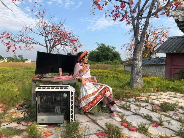 Nữ streamer chơi trội, xách hẳn dàn máy ra giữa đồng stream trong cái nóng hơn 40 độ ở Hà Nội