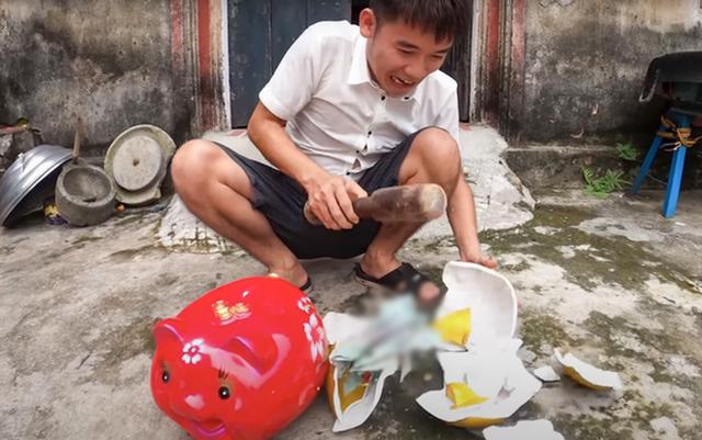 """Bà Tân Vlog bất ngờ bị ném đá vì """"không làm gì"""", con trai Hưng Vlog thừa nhận chưa bao giờ suy sụp như lúc này"""