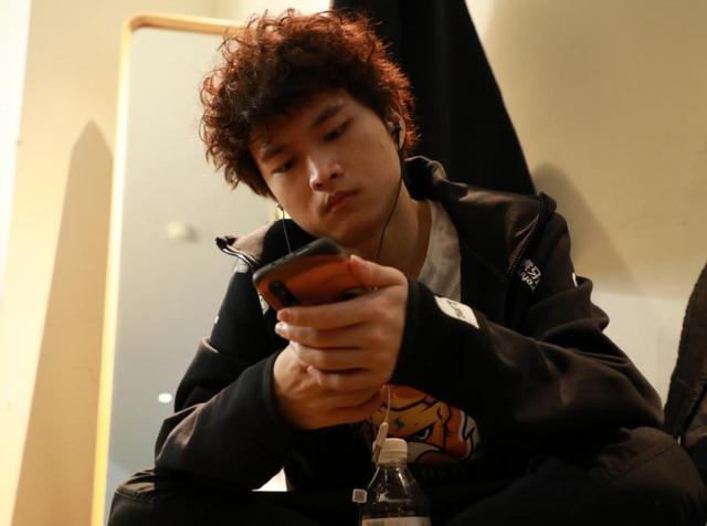 Sốc: Huanfeng bị tố 'cắm sừng' bạn gái, đang đánh CKTG vẫn lén ra ngoài 'mây mưa' với fan nữ