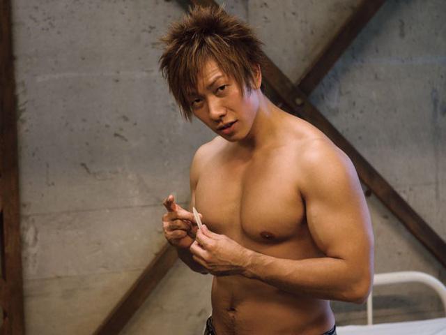 """Ken Shimizu thể hiện bản lĩnh, làm thí nghiệm chứng minh sức chịu đựng gấp rưỡi người thường khi bị """"kích thích"""" bởi gái xinh"""
