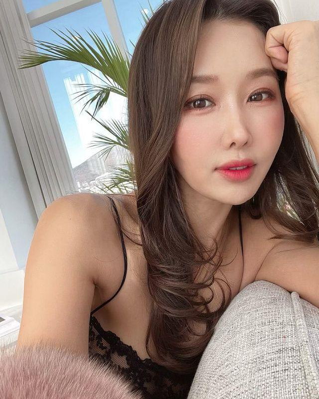 Tự lấy bản thân làm mẫu, thay đồ ngay trên sóng để bán hàng, nữ YouTuber xinh đẹp gây sốc khi tiết lộ tuổi thật của mình