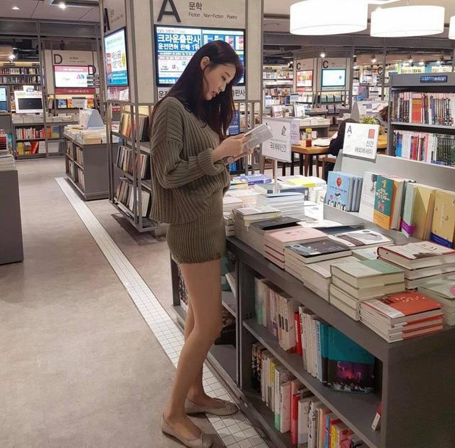 Mặc váy ngắn, cô gái xinh đẹp vô tình lộ chi tiết hớ hênh khi đi dạo nhà sách, soi nhan sắc càng thêm ngỡ ngàng