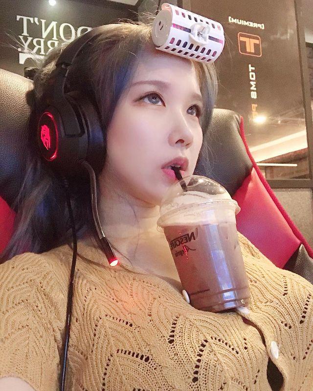 Dùng ngực để uống trà sữa khi chơi game, cô gái xinh đẹp khiến dân mạng mỏi mắt tìm info vì vòng một quá ấn tượng