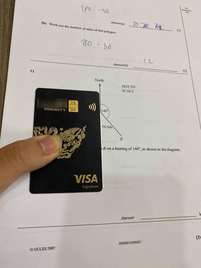 Quên thước kẻ, nam sinh bá đạo lấy thẻ đen trị giá 2 tỷ VND ra dùng tạm khiến cộng đồng mạng choáng váng