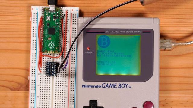 YouTuber hóa kiếp Game Boy 32 năm tuổi thành trâu cày, đào 1 Bitcoin chỉ tốn vài… triệu tỷ năm