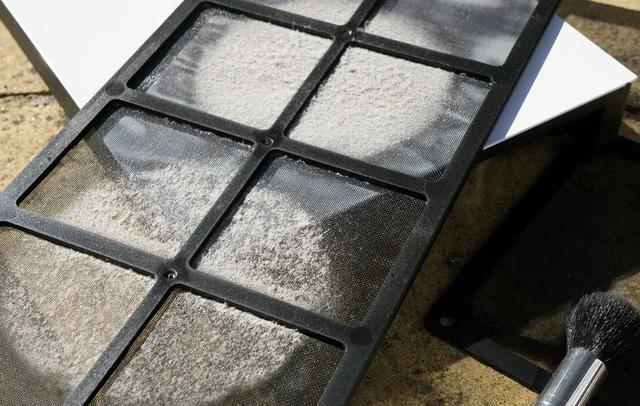 Đừng vệ sinh miếng lọc bụi trong thùng case PC thường xuyên, để bẩn bẩn nó lọc tốt hơn