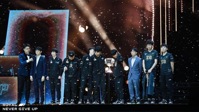 """Chuyện thật như đùa: Hội fan RNG in sẵn băng rôn """"chào mừng Á quân"""" vì không dám tin đội nhà có thể vô địch?"""