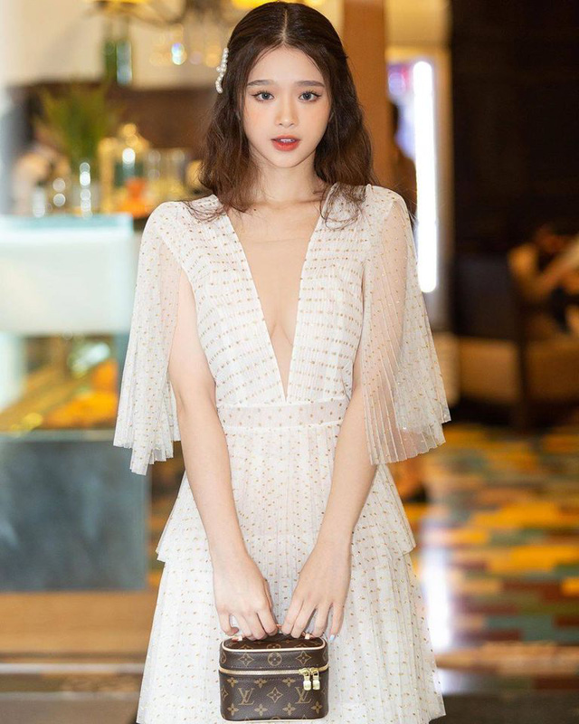 Khoe nhan sắc gợi cảm ở tuổi 19, Linh Ka vẫn nhận phải không ít ý kiến trái chiều, bị đặt nghi vấn về vòng một