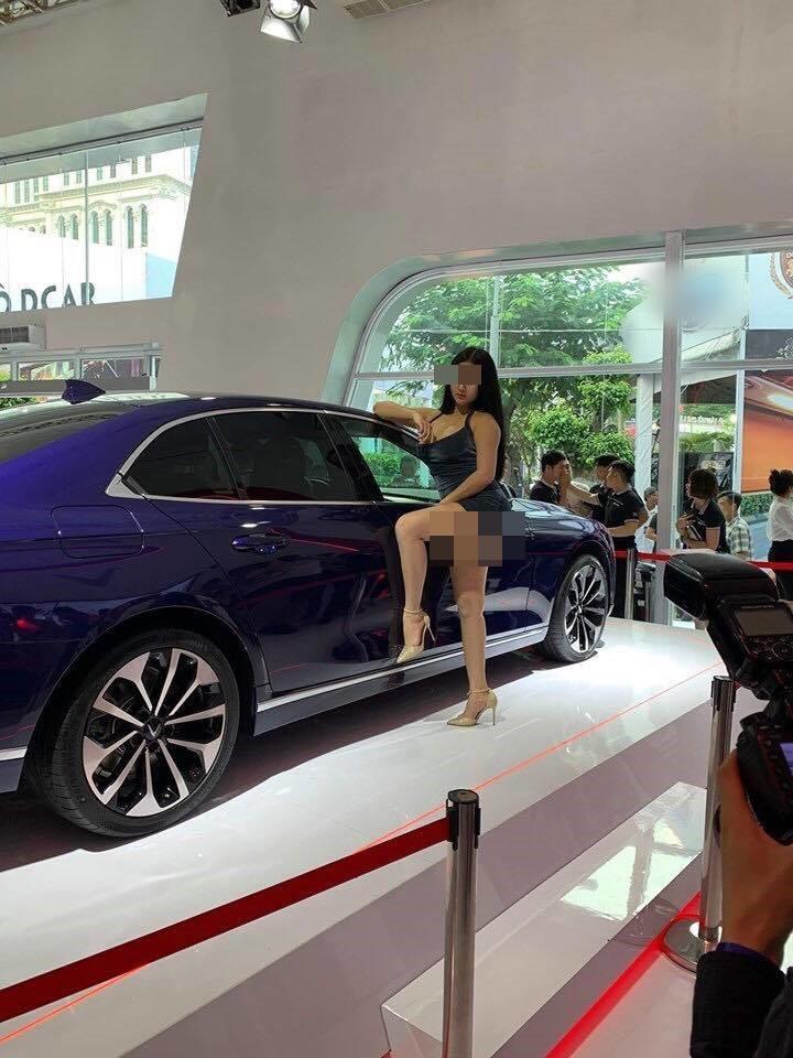 Người mẫu bị nghi cố tình lộ vòng 1 phản cảm tại triển lãm ô tô là ai?