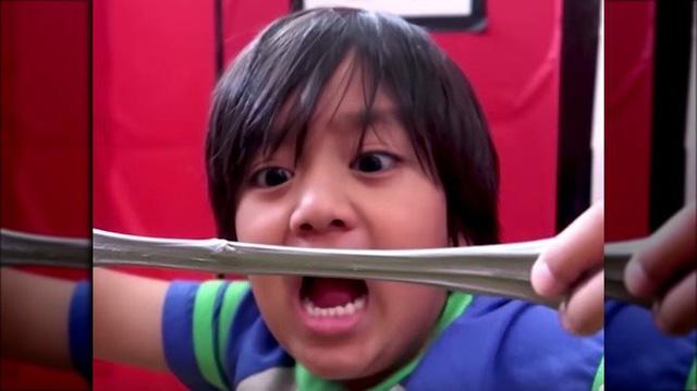 """Những cậu nhóc """"vắt mũi chưa sạch"""" có thu nhập tiền tỷ nhờ vào kênh Youtube của mình"""